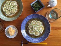 アラビアのアベックと東屋の組み合わせ。かぼす素麺がひんやり美味しそう!小皿や箸置きなど、ちょっとした部分にも気を配りたいですね。 Sprouts, Noodles, Vegetables, Recipes, Food, Macaroni, Recipies, Essen, Vegetable Recipes