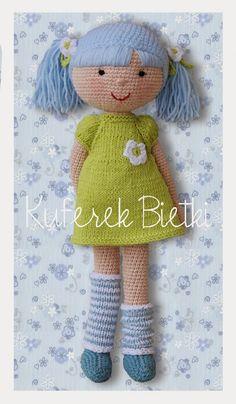 Anastazja - lalka wykonana na szydełku. Lalka ubrana jest w sukieneczkę z bufkami, ozdobioną białym kwiatkiem, turkusowy sweterek oraz ge...