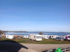 CampOne Bøjden Strand, Bøjden, Danmark. Rigtig flot plads med en fuldstændig vild flot udsigt 360 grader rundt og lækre faciliteter, badeland, minigolf, legepladser, Restaurant og meget mere. Sødt værtspar.