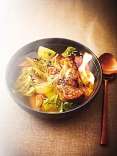 <p><strong>Κρεατόσουπα (pot-au-feu) με φουά γκρα φλαμπέ</strong><br /> (προετοιμασία: 30΄, μαγείρεμα: 3 ώρες & 10΄)</p>  <p><strong>Υλικά για 6 άτομα</strong><br /> 1,5 κιλό μοσχαρίσιο μπούτι, 1 μ
