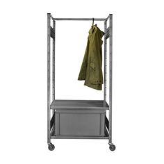 Diese mobile Errex Garderobe auf Rollen ist ideal für dein Atelier, Büro oder überall wo du es hinrollen kannst. Die hochwertigen Lenkrollen mit Gummiprofil schonen den Boden und sind arretierbar. An der Kleiderstange werden die Kleider knitterfrei aufbewahrt.  Für alle die es praktisch, flexibel und zeitlos mögen. Wardrobe Rack, Furniture, Home Decor, Atelier, Cloakroom Basin, Drawers, Floor, Nice Asses, Interior Design