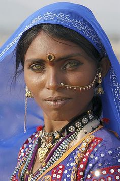 Rajasthan woman, India She is soooo beautiful. Oh, to be close to that pretty, that beautiful. Beautiful Eyes, Beautiful World, Beautiful People, Most Beautiful, Amazing Eyes, Pretty Eyes, Beautiful Pictures, Photo Portrait, Beauty Around The World