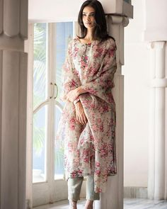 Best 12 Fine floral prints to fill ur day with zeal n zest – SkillOfKing. Pakistani Dress Design, Pakistani Outfits, Indian Outfits, Indian Dresses, Kurta Designs Women, Salwar Designs, Dress Indian Style, Indian Look, Traditional Fashion