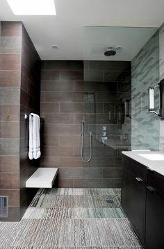 duchas modernas, cuarto de baño con suelo y paredes con baldosas, ducha de obra con banco blanco, mampara de vidrio
