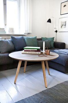 Lotte Sofabord - Flot rundt sofabord med fire skrånende ben. Det lækre sofabord er udført i naturfarvet carboniseret bambus, som er et modstandsdygtigt materiale på linje med egetræ. Den lyse farve og det organiske udtryk passer perfekt ind i den nordiske indretningsstil.