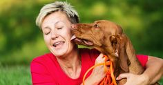 Lambida de cachorro deixa idosa com infecção grave no Reino Unido