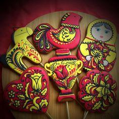 пряничная матрешка Я не знаю похоже это на хохлому или нет, но я старалась! И процесс росписи мне очень понравился, возможно… Frosted Cookies, Iced Cookies, Sugar Cookies, Cookie Frosting, Royal Icing Cookies, Cooking Cookies, Hungarian Embroidery, Russian Style, Matryoshka Doll