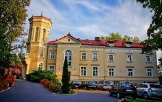 Pałac w Pawłowicach został zbudowany w 1864 r. przez Wilhelma von Pannwitz. Pod koniec XIX wieku majątek znalazł się w posiadaniu rodziny Meyer. W latach 30-tych XX w. mieszkali w pałacu osadnicy z Westfalii i Warburga, którzy go rozbudowali. W latach 40-tych było tu przedszkole, a w latach 1952 - 2002 - szkoła. Obecnie pałac jest własnością prywatną i funkcjonuje jako hotel.