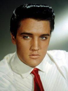 Os olhos claros de Elvis chamavam a atenção das mulheres  Foto: Getty Images