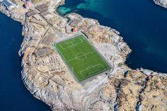 Egy sziklás földnyelven, száradó halak közt áll a világ legfurcsább futballpályája | 24.hu
