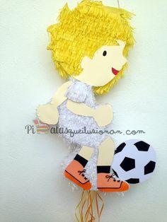 Piñata niño jugando al futbol y piñatera con dotes adivinos!
