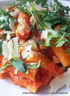 Ecco una semplicissima ricetta per cucinare un piatto di pasta davvero ottimo e gustoso con pomodoro, rucola e grana padano