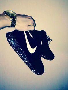 La preferida por la mayoría. El modelo en negro nunca falla y más si va acompañado de una suela tipo 'galaxia'. Molan ¿eh? #Nike #Roshe #Run