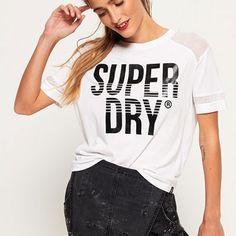 肩と袖にメッシュが使われたロゴTシャツ