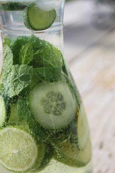 Paulas Frauchen: QuinoadazuGurkenwasser mit Minze, Limette und Kiwi