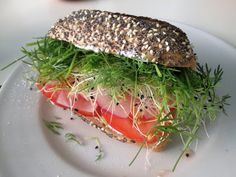 En verden af smag!: Sandwich med Rygeost, Radiser og Spirer Fest, Salmon Burgers, Sandwiches, Ethnic Recipes, Roll Up Sandwiches, Salmon Patties, Paninis