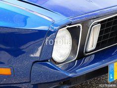Ford Mustang Muscle Car der Siebziger Jahre in Blau Metallic mit Wabengrill beim Oldtimertreffen in Wettenberg Krofdorf-Gleiberg