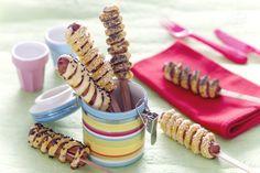 Le  spirali salate su stecco sono degli snack golosi e divertenti realizzati con pasta brisè e wurstel.