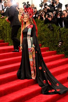 """Best Dressed at Met Gala 2015 """"Oriental Queen"""": Sarah Jessica Parker in custom H&M Japanese style inspired dress and Phillip Treacy Chinese style inspired headpiece at the Metropolitan Museum of Art Costume Institute Gala Star Fashion, Love Fashion, Fashion Design, Gala Gowns, Crazy Outfits, Costume Institute, Sarah Jessica Parker, Celebrity Look, Rihanna"""