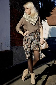 Chunky knit scarves, I love.  Another effortlessly chic ensemble...