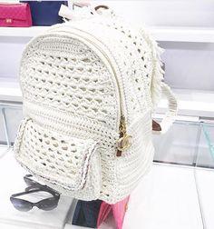 Tutorial paso a paso de cartera de fiesta tejida con ganchillo con moldes, y videos crochet freecrochet knittingpatterns knitting Crochet Case, Free Crochet Bag, Crochet Girls, Love Crochet, Knit Crochet, Crochet Backpack Pattern, Octopus Crochet Pattern, Crochet Handbags, Crochet Purses