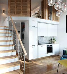 Хорошо видно как кровать расположена на подиуме для того чтобы дать дополнительную высоту нижним помещением, в то время как пол над плательным шкафом, куда ведет лестница, может быть ниже. .