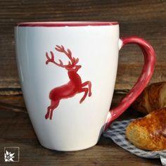 """Kaffeebecher """"Bordeauxroter Hirsch"""" von Gmundner Keramik."""