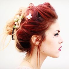 Cheveux rouge piercing