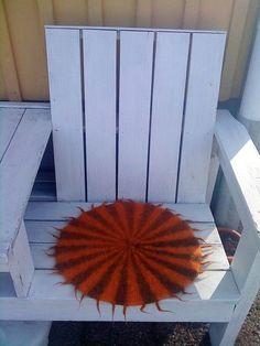 Birgitta i Kalmarbutiken har också stickat 7:ans tabell, hon har gjort sittdynor.Sittdynorna mäter 50 cm i diameter och väger 200 gram. Det är sittdynor i bilen, på trädgårdsstolar, kökssoffan… Stick O, Textiles, Chrochet, Shag Rug, Diy And Crafts, Rugs, Knitting, Home Decor, Threading
