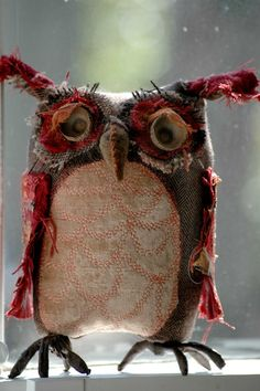 This might be the best owl ever. Is this an Ann Wood Owl ? Fabric Art, Fabric Crafts, Sewing Crafts, Sewing Projects, Fabric Owls, Fabric Animals, Softies, Textiles, Diy Pour Enfants