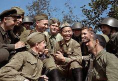 Легендарный снайпер 163-й стрелковой дивизии старший сержант Семен Данилович Номоконов (1900-1973) на отдыхе с боевыми товарищами.