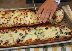 Ингредиенты: 1 французская булка (или багет) томатный соус любые начинки, которые есть в холодильнике тертый сыр