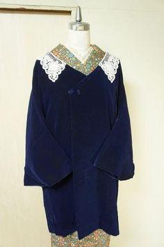 ビンテージテイストただようレースの飾り衿がロマンチックなミッドナイトネイビーのリメイク着物コートです。