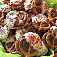 Rolo Pretzels Christmas Rolo Pretzel Sandwich Recipe: Easy holiday treat to make with your family. Perfect to bring to gatherings or make for gifts. Easy Christmas Treats, Holiday Snacks, Christmas Baking, Holiday Recipes, Christmas Stuff, Christmas Cookies, Christmas Sweets, Candy Recipes, Christmas Candy