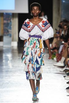 Stella Jean Spring 2020 Ready-to-Wear Fashion Show Collection: See the complete Stella Jean Spring 2020 Ready-to-Wear collection. Look 21 Vogue Fashion, Fashion 2020, Runway Fashion, Spring Fashion, High Fashion, Fashion Trends, Milan Fashion, Stella Jean, Style Couture
