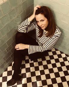 Ce mur et ce sol Ce serait mon choix pour une nouvelle salle de bain. That wall and that floor That would be my choice for a new bathroom. Parisian Apartment, Mavis, Kids Fashion, Floor, Lifestyle, Deco, Bathroom, Wall, Design
