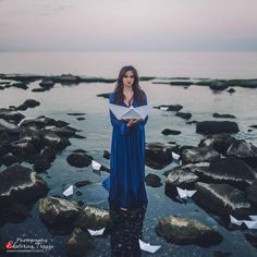 OKeyteam, арт, коллаж, портретная фотография, девушка, темные волосы, свет, портрет, фэшн, синее платье, кораблики, бумажные, море, камни www.okeyteam.com