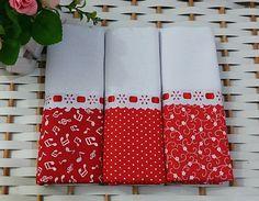 Kit com 3 panos de prato com barrado de tecido estampado coordenado vermelho, decorado com passa-fitas e fita de cetim.    Medida: 41x66cm  Sacaria 100 % algodão de ótima qualidade e absorção