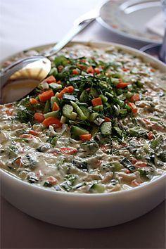 """Bugün annemle teyzeme gittiğimizde kendisinden üç yeni tarif öğrendim. Bunlardan ilki mayonezli tavuk salatası. Annem ve teyzem sohbet sırasında bana dönüp """"hala patlıcan mı var sitede, yeter ama!"""" dedikleri için için birkaç gün siteyi teyzemin tarifleriyle doldurmak farz oldu... Mayonezli... Turkish Salad, Turkish Recipes, Ethnic Recipes, Budget Freezer Meals, Boiled Chicken, Mayonnaise, Good Food, Yummy Food, Appetizer Salads"""