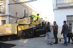 Sevilla (Los Palacios y Villafranca).- Las obras de mejora y modernización de la Calle Muñoz Seca, una importante vía de Los Palacios y Villafranca, afrontan su recta final con la culminación del asfaltado del tramo en ejecución.