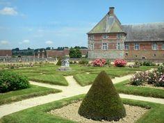 Château de Carrouges: Parterres du jardin et façade du château ; dans le Parc Naturel Régional Normandie-Maine - France-Voyage.com