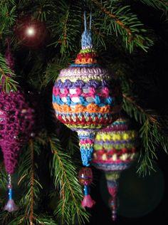 Crochet Christmas Decorations, Crochet Ornaments, Holiday Crochet, Christmas Baubles, Christmas Crafts, Christmas Knitting Patterns, Crochet Patterns, Crochet Home Decor, Hanging Ornaments