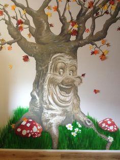 Een muurschildering van de sprookjesboom. Leuk voor op de kinderkamer.