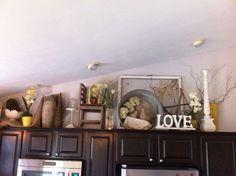 Kitchen Cabinet decor – Home Decor Ideas Kitchen Dinning Room, Dining Decor, Kitchen Decor, Kitchen Pics, Kitchen Soffit, Kitchen Things, Kitchen Ideas, Decorating Above Kitchen Cabinets, Above Cabinets