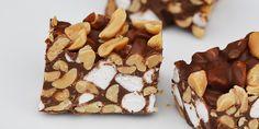 Skønne Rocky Road med peanuts, der gør dem dejligt knasende, og som smager helt forrygende i kombination med chokolade og skumfiduser.