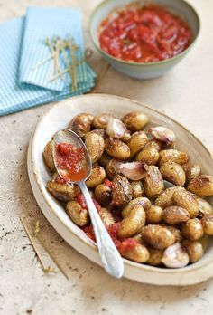 Une des plus célèbres tapas espagnoles. Des pommes de terre rôties, nappées d'une sauce à la fois légèrement sucrée et pimentée. Dégustez-les chaudes ou tièdes avec des petites piques.