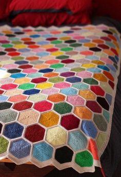 Easy Crochet Afghans 10 stunning hexagon crochet motifs you must have in your repertoire Crochet Bedspread, Crochet Quilt, Crochet Home, Knit Or Crochet, Crochet Granny, Crochet Crafts, Crochet Projects, Crochet Afghans, Crochet Blankets