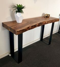 Best Entryway Table Ideas to Greet Guests in Style Beautiful Entry Table Decor Ideas to give some inspiration on updating your house or adding fre Wood Slab Table, Wood Entry Table, Timber Table, Entry Tables, Entrance Table, Diy Entryway Table, Hall Tables, Live Edge Furniture, Timber Furniture