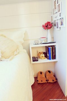 Em ambientes pequenos aposte em nichos suspensos como substituto de móveis. Como criado-mudo é uma ótima opção! #diy #decoração #madeiramadeira
