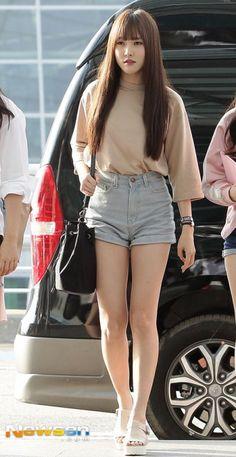 Yuju - GFriend More # Outfits coreanos KFashion and KPop Kpop Fashion, Asian Fashion, Girl Fashion, Fashion Outfits, Womens Fashion, Fashion Trends, Airport Fashion, Kpop Outfits, Korean Outfits
